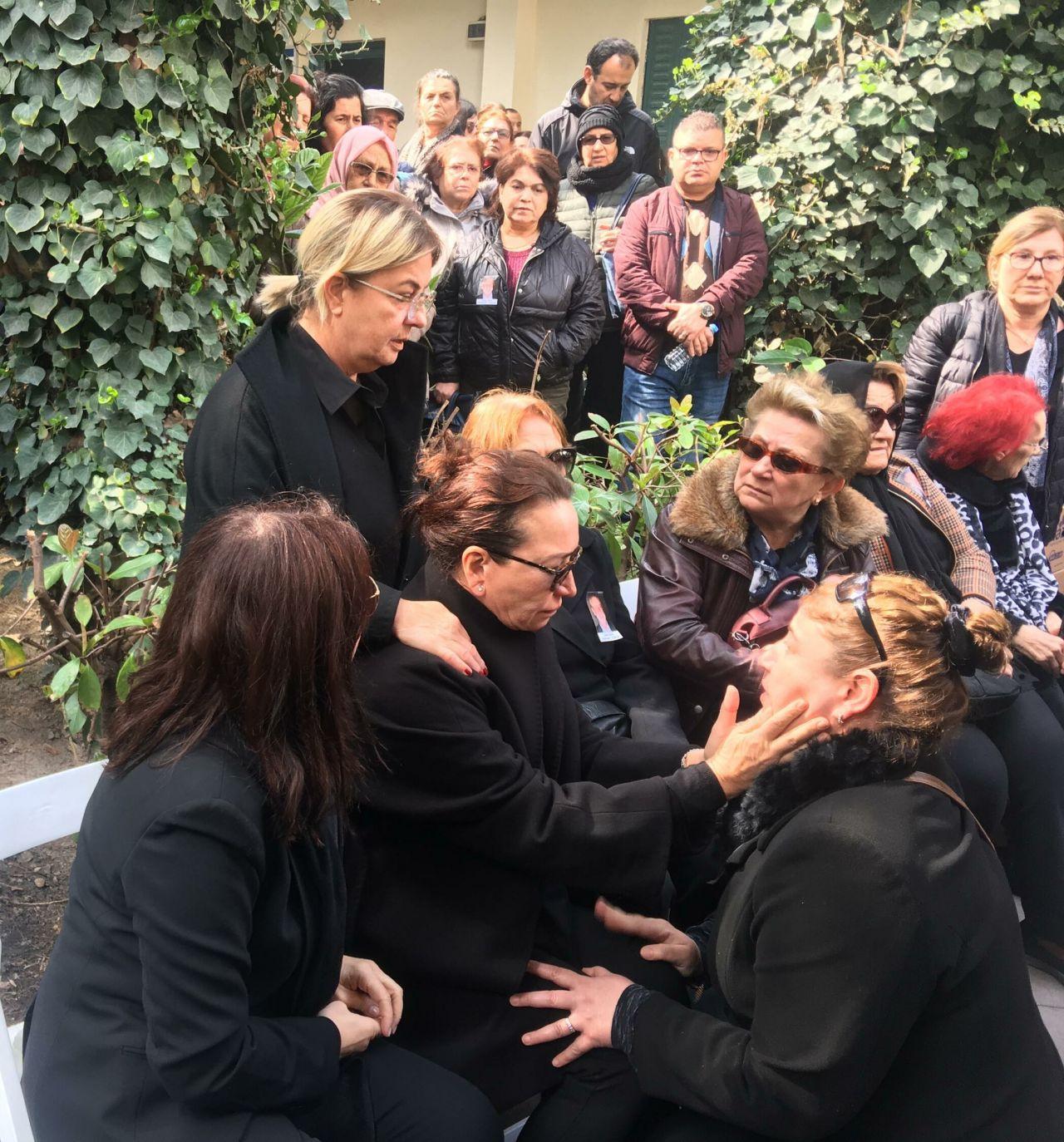 Demet Akbağ eşi Zafer Çika'nın cenazesinde ağlayarak Ata Demirer'in eline sarıldı - Sayfa 2