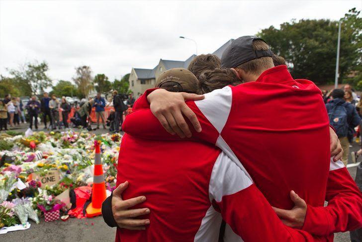 Yeni Zelanda'da katliamın yaşandığı camiye akın ettiler gözyaşlarına boğuldular