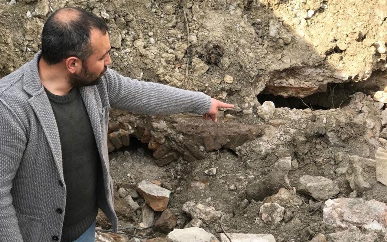 Karamanlı çiftçi tarlasını düzeltirken buldu kepçe operatörü fark etti