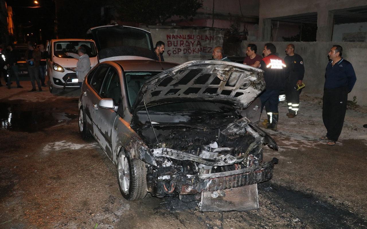 Adana'da park halindeki araç alev alev yandı