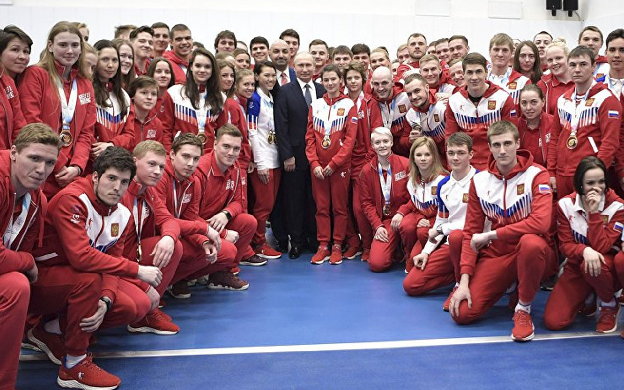 Putin sporcuları tebrik ederken  korumasına bakın ne yaptı