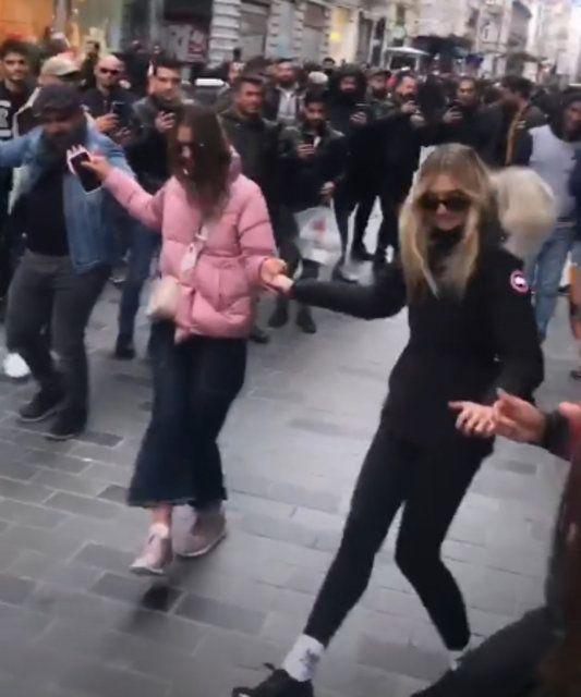 Şeyma Subaşı Taksim'de öyle bir hareket yaptı ki! Olay görüntüler