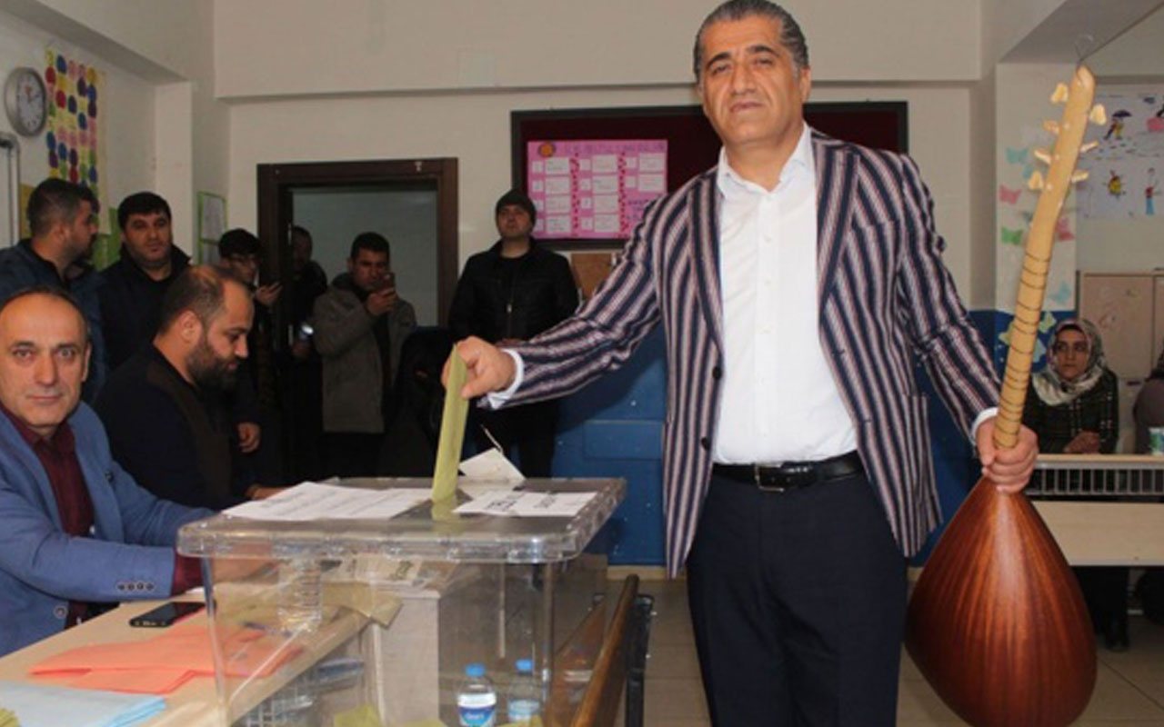 Türkücü Aydın Aydın oy kullanmaya sazıyla geldi
