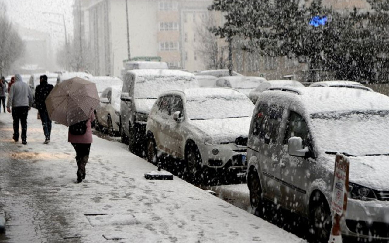 Nisan ayında kar sürprizi! Şehir beyaza büründü