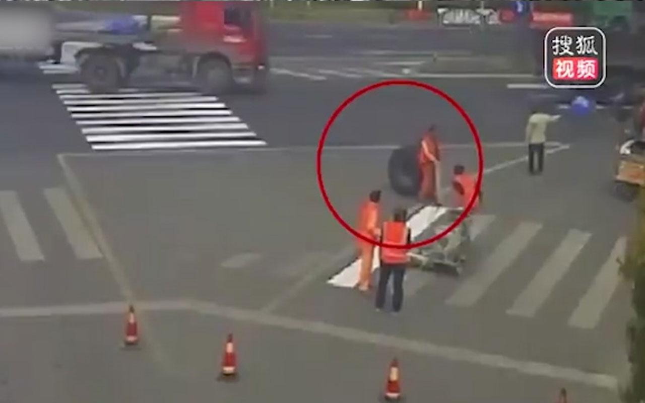 TIR'dan fırlayan tekerlek, işçiyi kağıt gibi ezip geçti