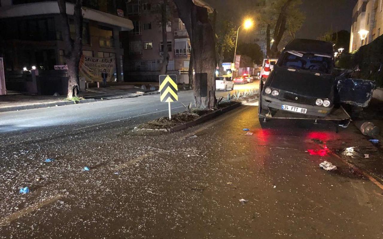 Kadıköy'de otomobil ağaca çarptı: 2'si ağır 3 yaralı