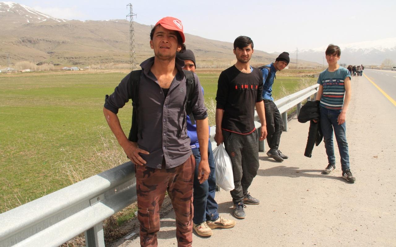 Van'da yol üstünde yürüyen 60 kaçak yakalandı