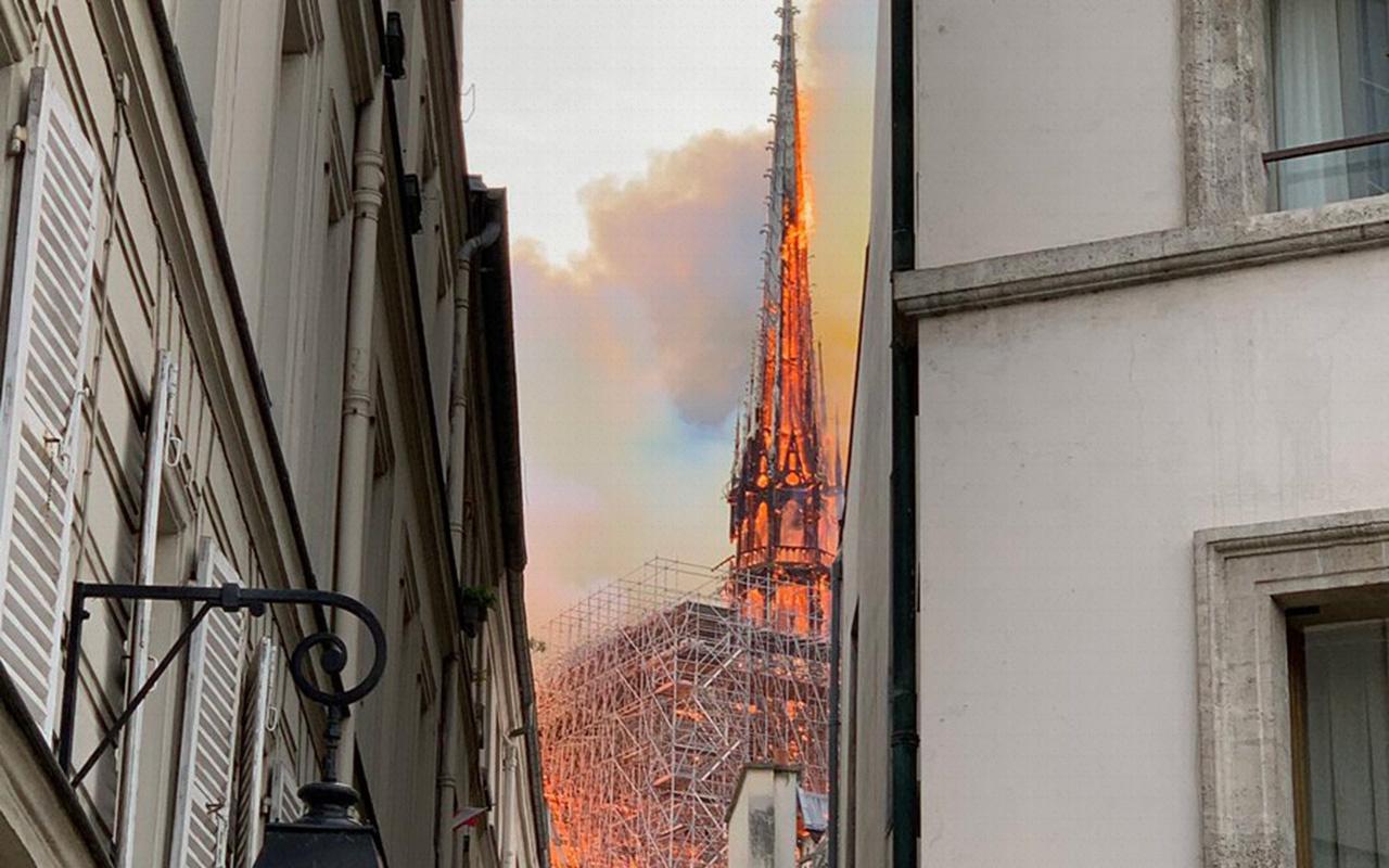 Notre Dame Katedrali kulesinin çökme anı
