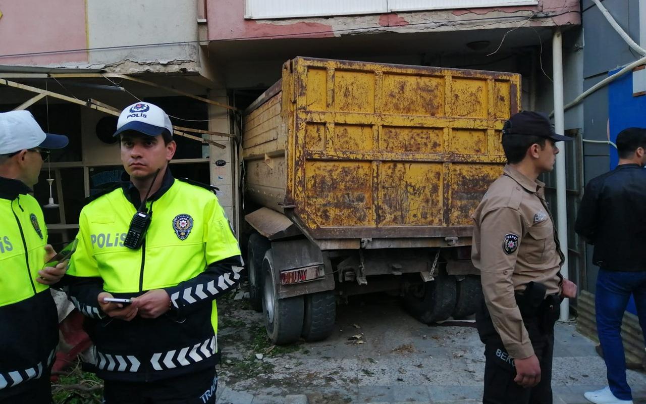 İzmir'de freni boşalan kamyon kahvehaneye daldı