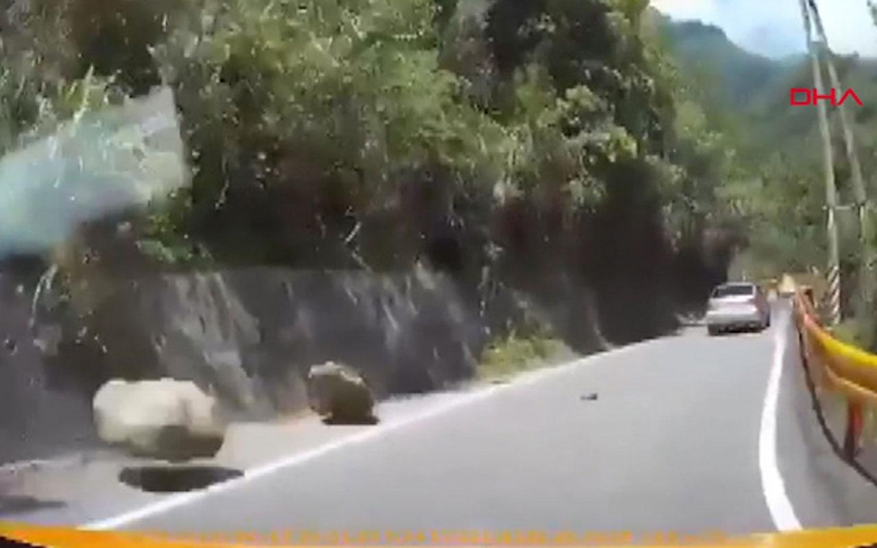 Depremde yola düşen kayalardan son anda böyle kurtuldular