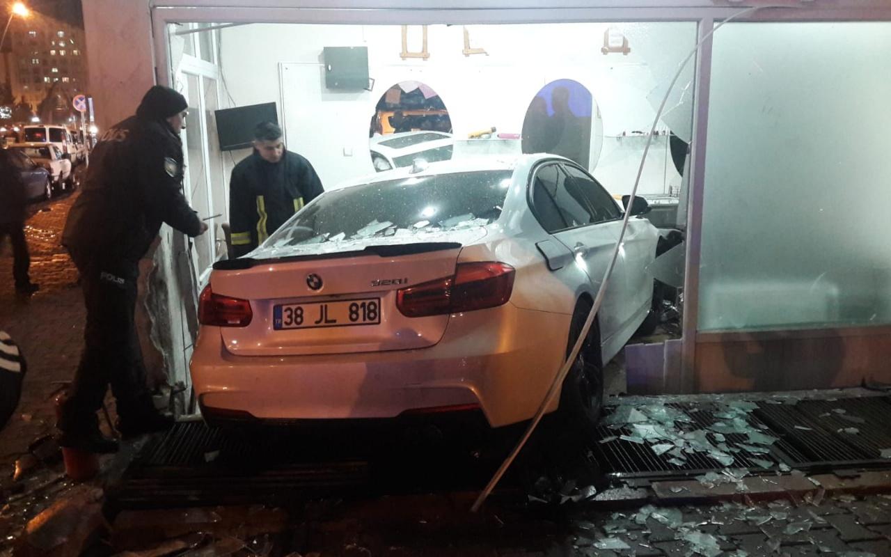 Kayseri'de otomobil kuaföre girdi