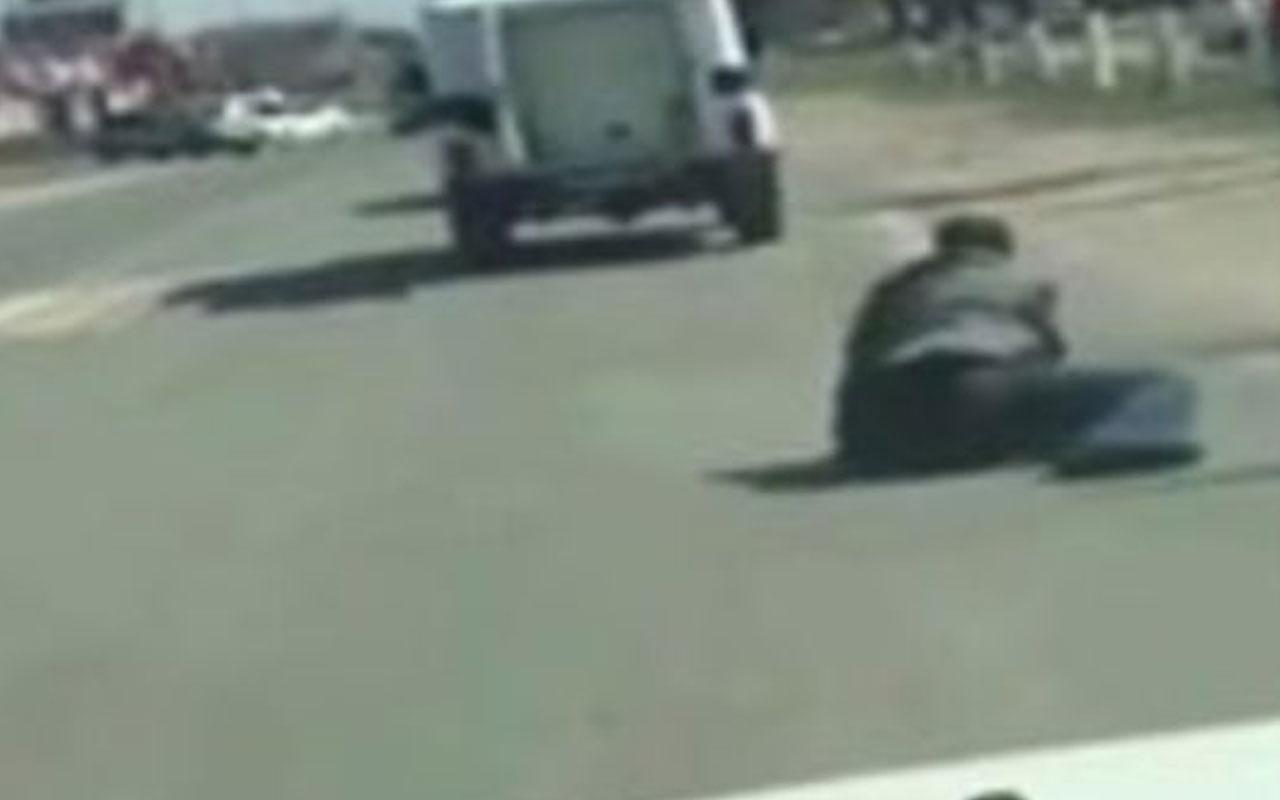 Polis aracından düşen zanlı kaçtı olay anı kameraya yansıdı