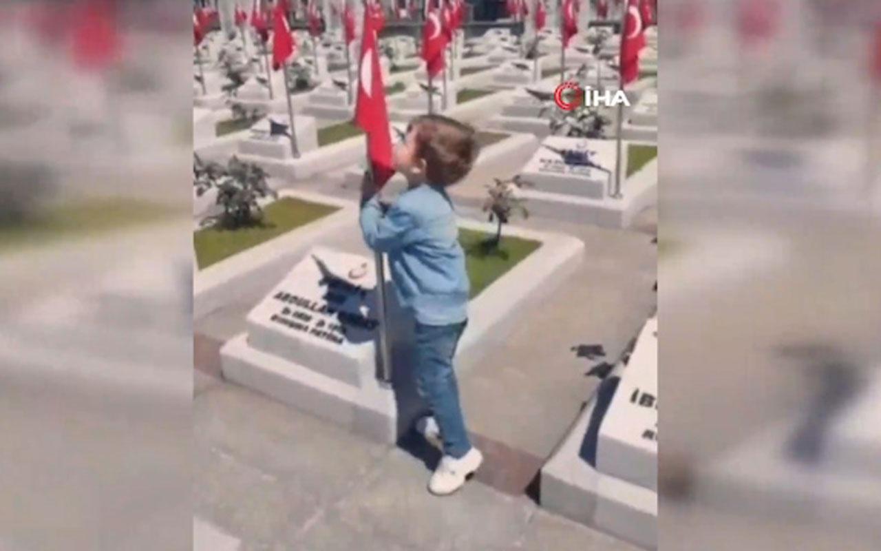 3 yaşındaki minik İsmail'in bayrak sevgisi büyük beğeni topladı