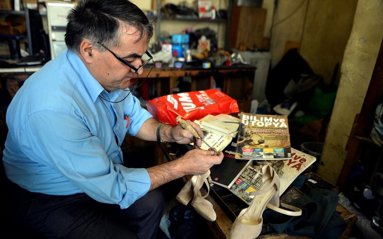 Ardahanlı ayakkabı tamircisi dükkana gelen müşterileri şaşırtıyor