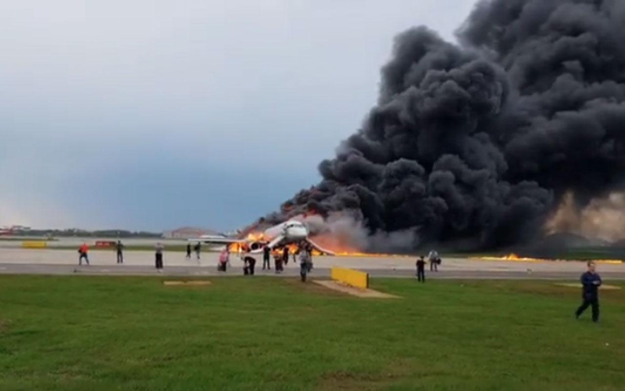 Rus uçağı pistte alev aldı: 13 ölü 7 yaralı