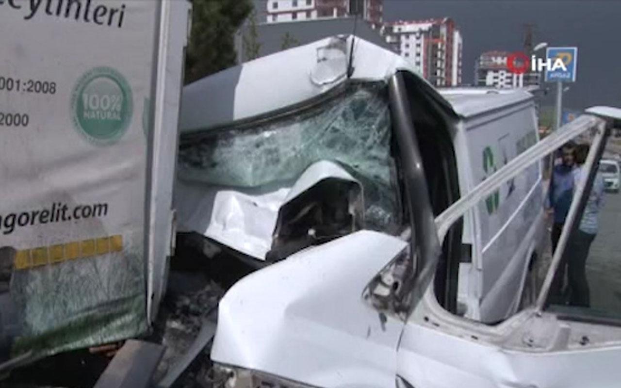 Başkentte feci kaza: Sürücü araç içinde sıkıştı