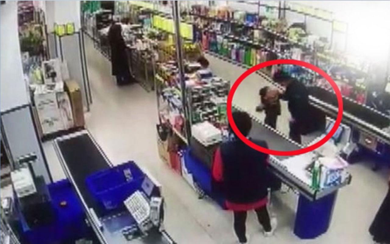 6 yaşındaki çocuk soru sordu! Kadın müşteri çıldırdı!