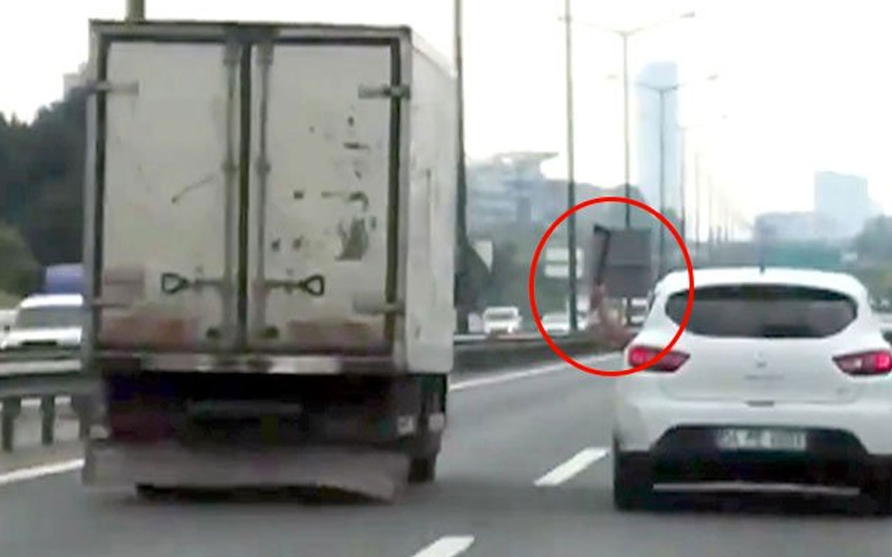 İstanbul trafiğinde seyir halindeki araçtan baltalı saldırı Olay görüntüler