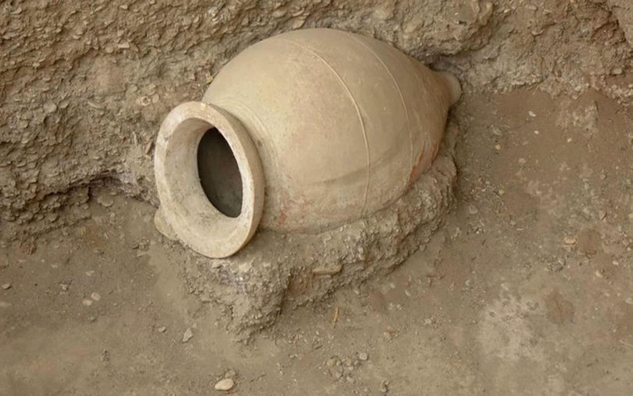 Tarlasını sürerken Roma döneminden kalma 2 bin yıllık pitos buldu
