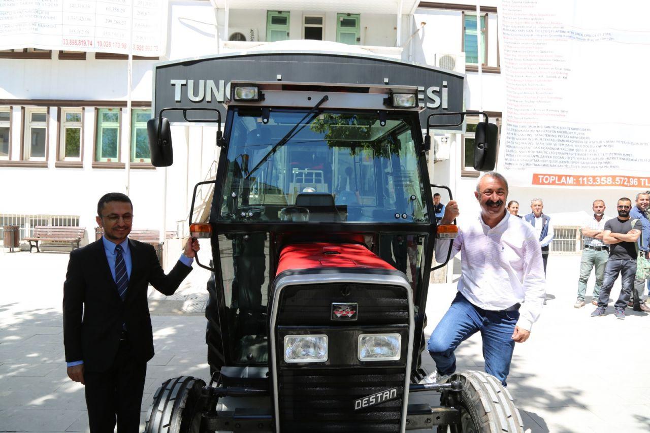 Tunceli'nin Komünist Başkanı Mehmet Fatih Maçoğlu'na traktör hediye etti - Sayfa 1