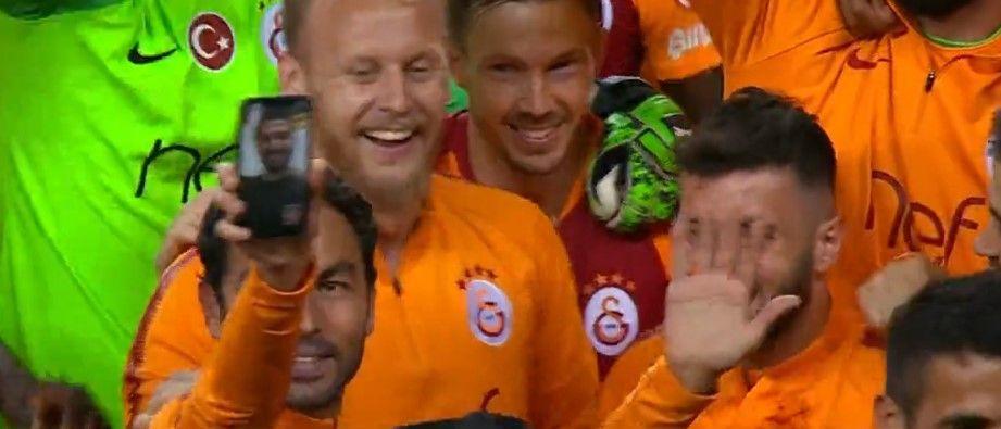 Galatasaraylı futbolcular kupa sevincini Emre Akbaba'yla paylaştı