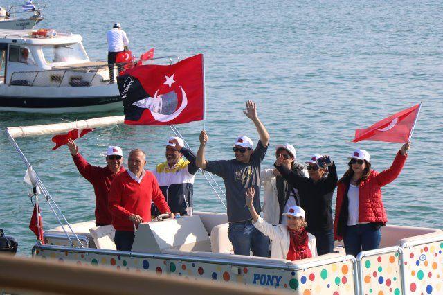100 yıllık onur! Atatürk'ü temsil eden bayrak karaya işte böyle çıkarıldı