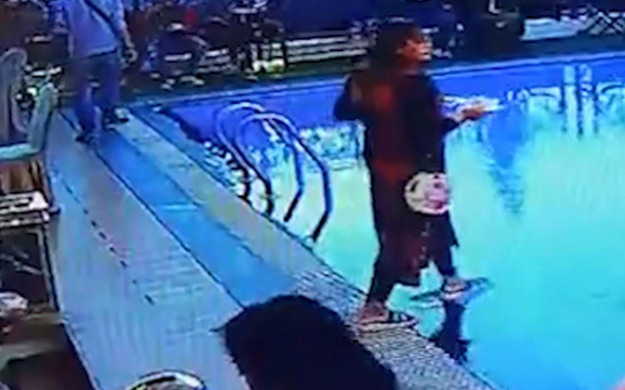 Önüne bakmayan kadın havuza düştü o anlar güvenlik kamerasında