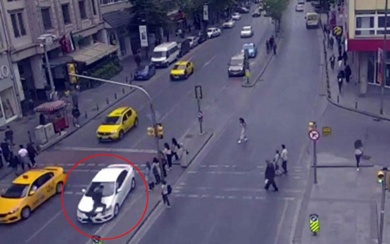 Şişli'de yolun karşısına geçmeye çalışan yayaya otomobilin çarpması kamerada