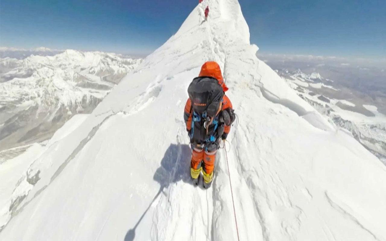 Everestin zirvesine tırmanırken hayatlarını kaybettiler