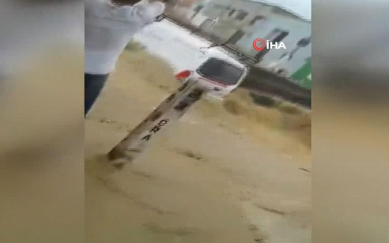 Korku dolu anlar! Sel suları minibüsü yuttu
