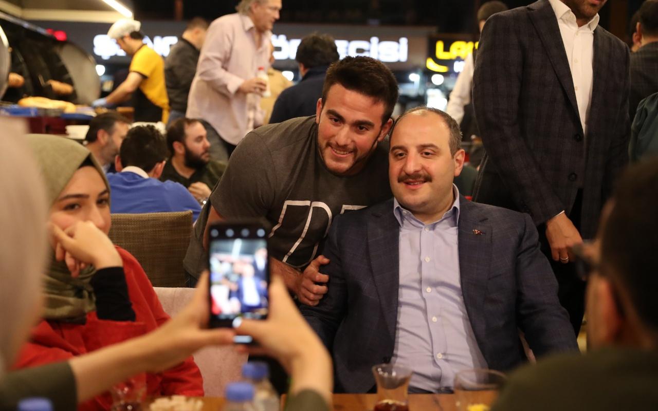 Bakan Mustafa Varank gençlerin Twitter'dan sahur davetini kırmadı