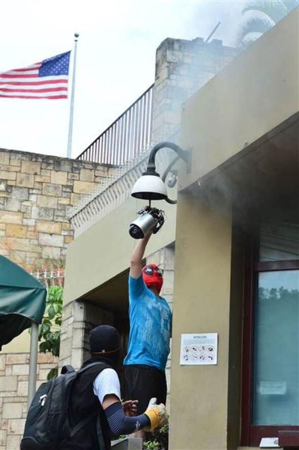 Honduras'ta ABD Büyükelçiliği önünde tehlikeli olaylar