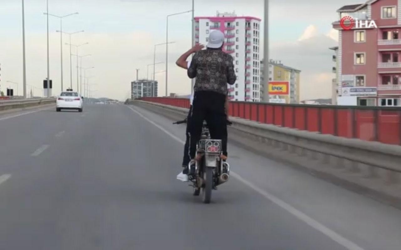 Seyir halindeki motosiklet üzerinde tehlikeli hareketler