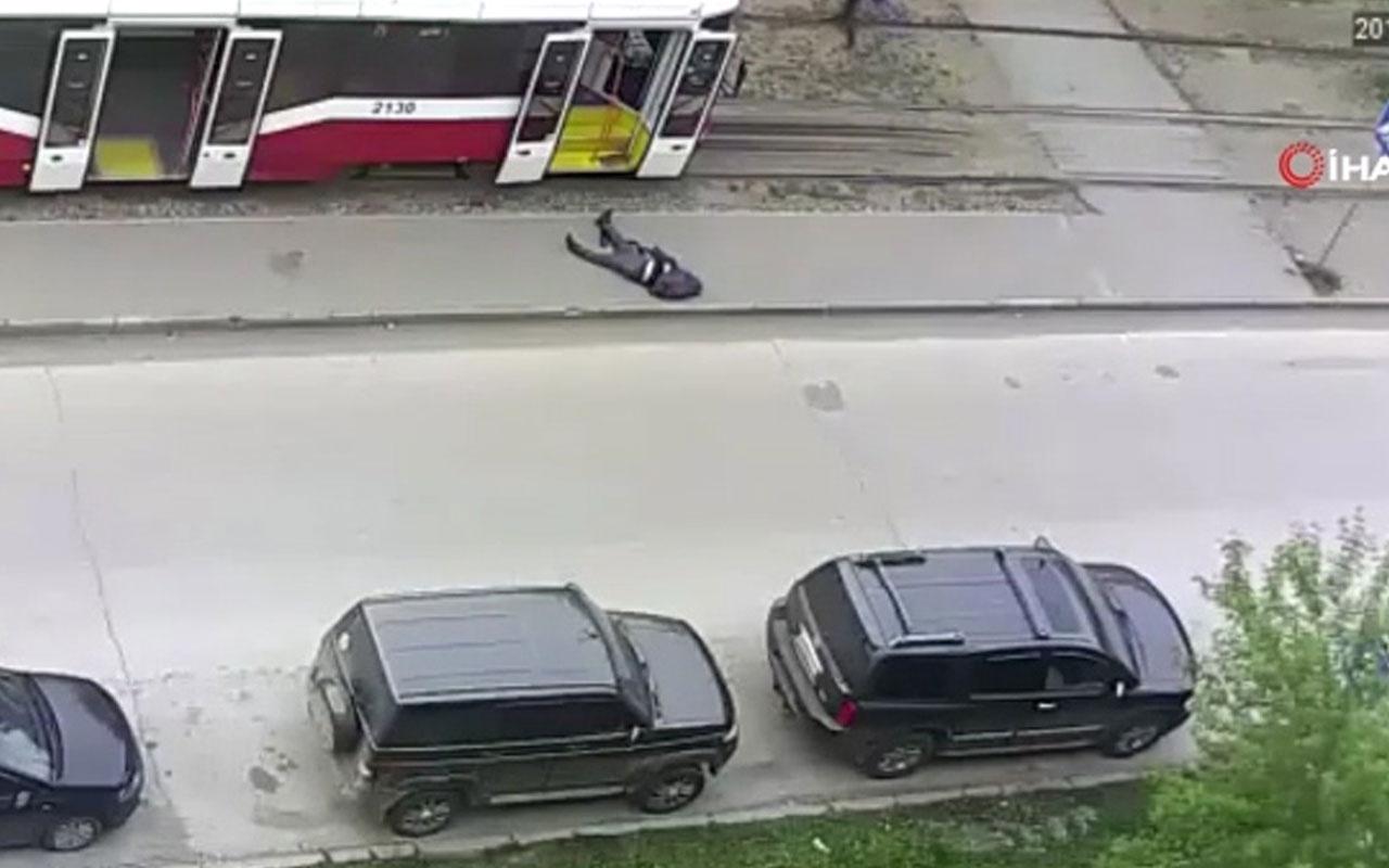 Tramvay'da felç geçiren adamı sokağa bırakıp gittiler