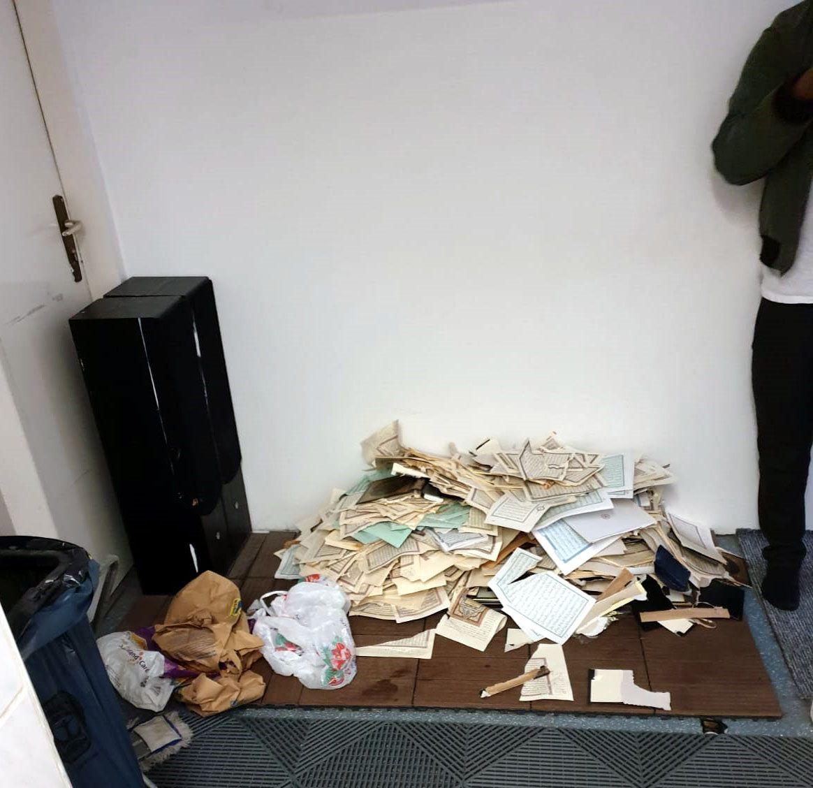 İslam'a iğrenç saldırı! Kuran sayfalarını yırtıp klozetin üzerine koydular