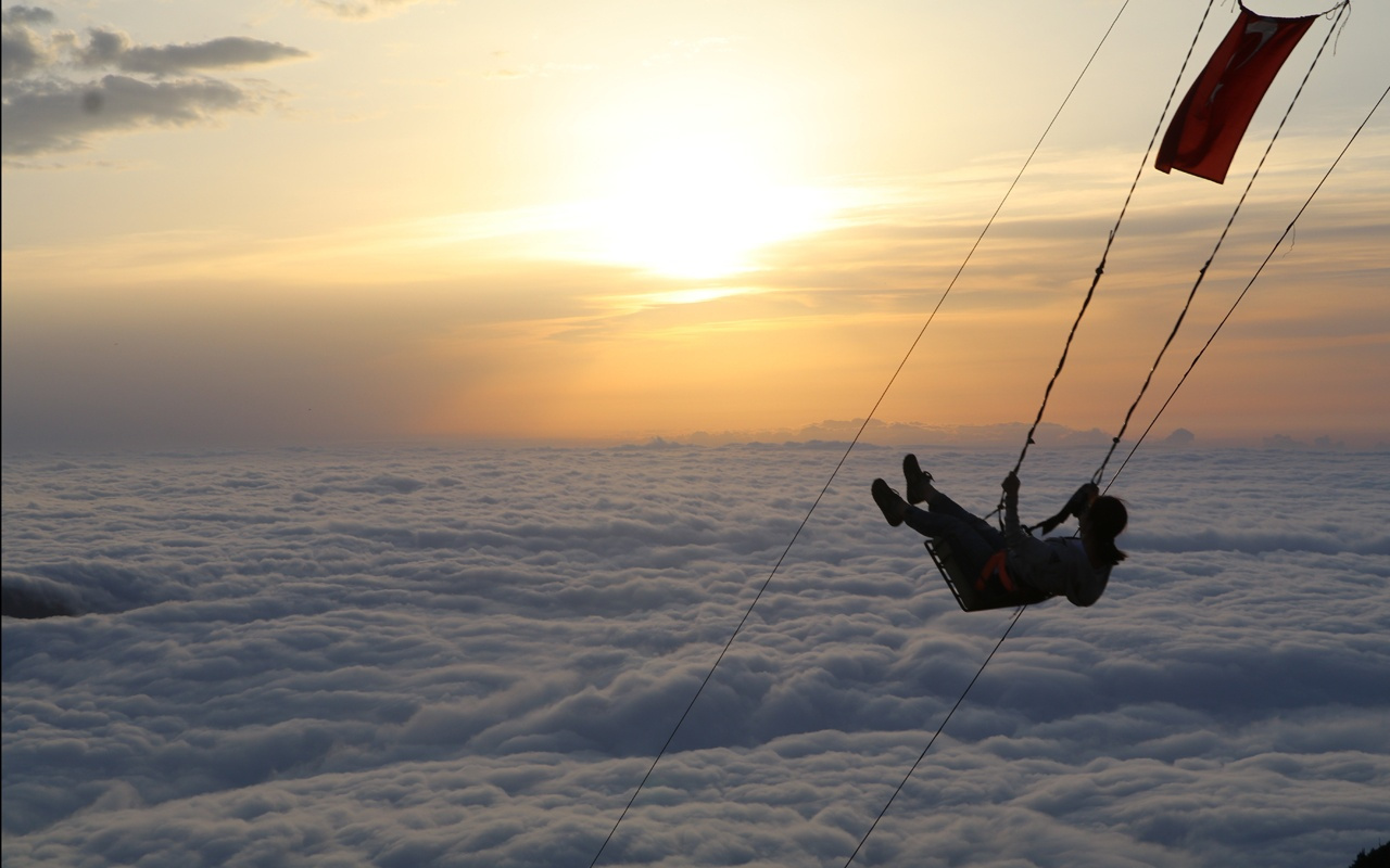 Rize'nin Huser Yaylası'nda bulutların üzerinde salıncak keyfi için sıraya giriyorlar