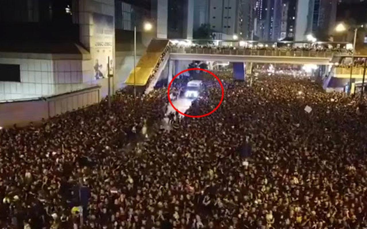 Yüz binlerce kişi bir olup gelen ambulansa yolu böyle açtı