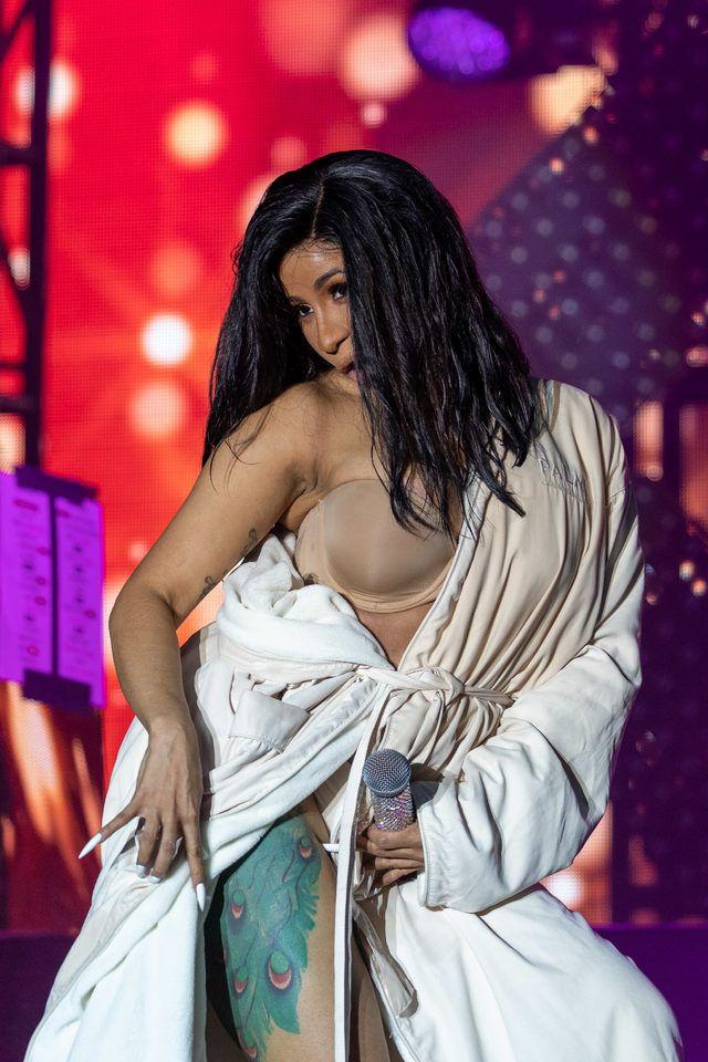 Ünlü şarkıcının elbisesinin popo kısmı  patlayınca bakın nasıl geri geldi