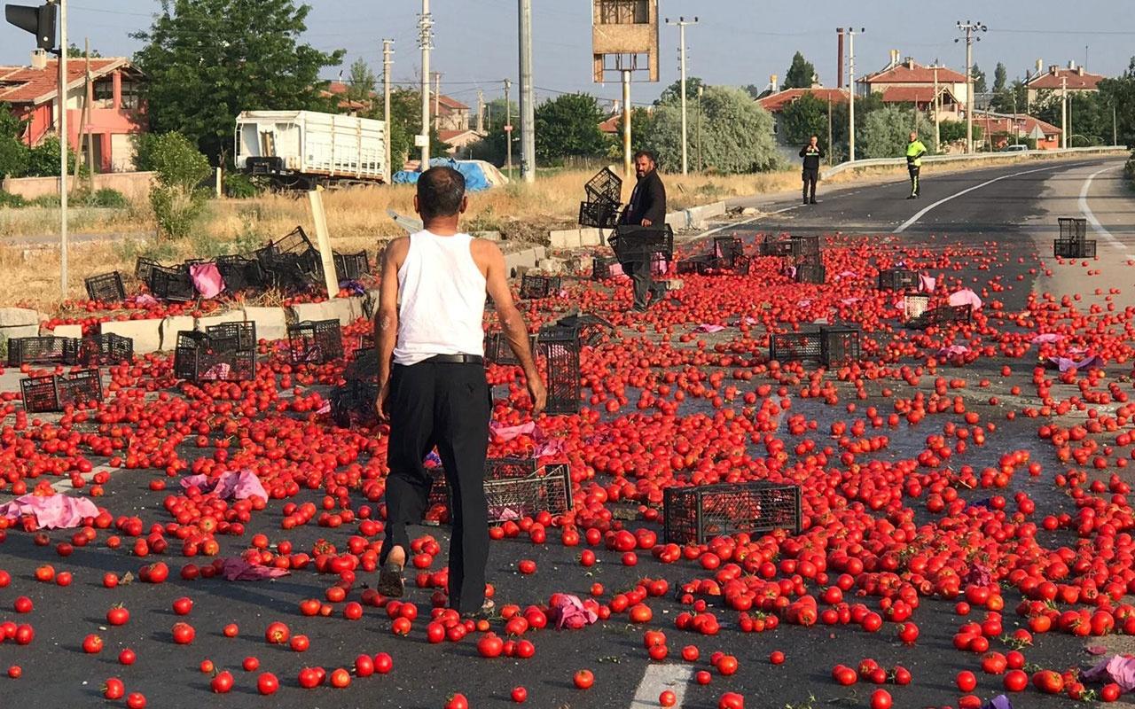 Kontrolden çıkan tırdan dökülen domatesler karayolunu tarlaya çevirdi