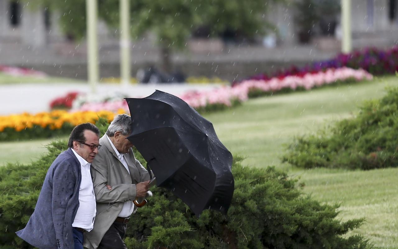 Bugün çok kuvvetli yağmur ve fırtına var! Meteorolojiden 50 ile sel uyarısı geldi