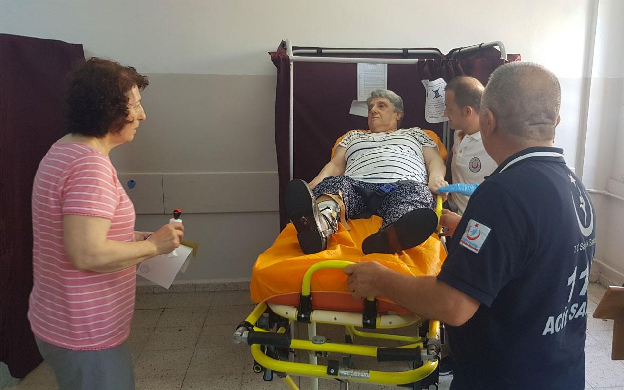 Sağlık ekipleri hasta ve engelli vatandaşları sandığa taşıdı