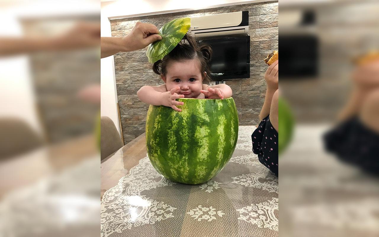 Aydın'da bir baba 7 aylık bebeğini karpuzda serinletti