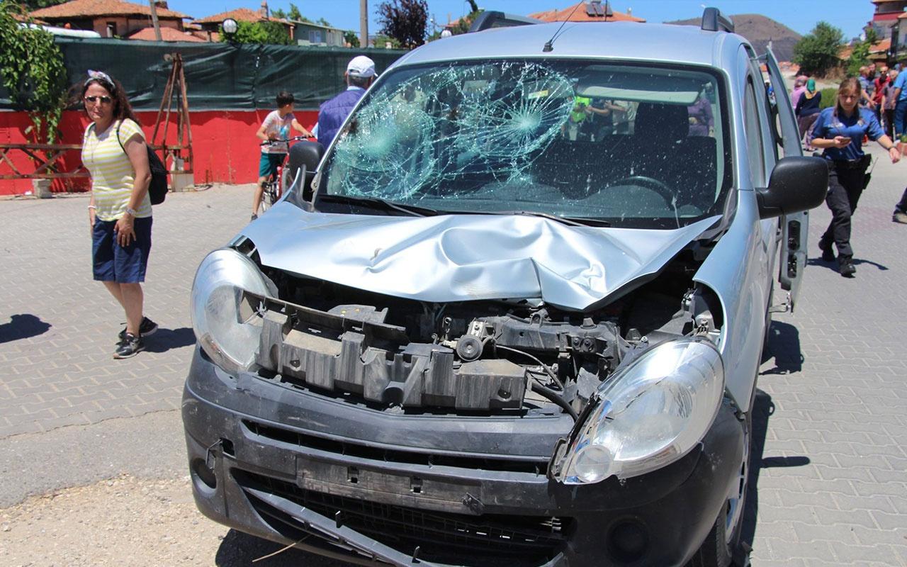 Manisa'da motosiklet kamyonetle çarpıştı: 1'i ağır 2 yaralı