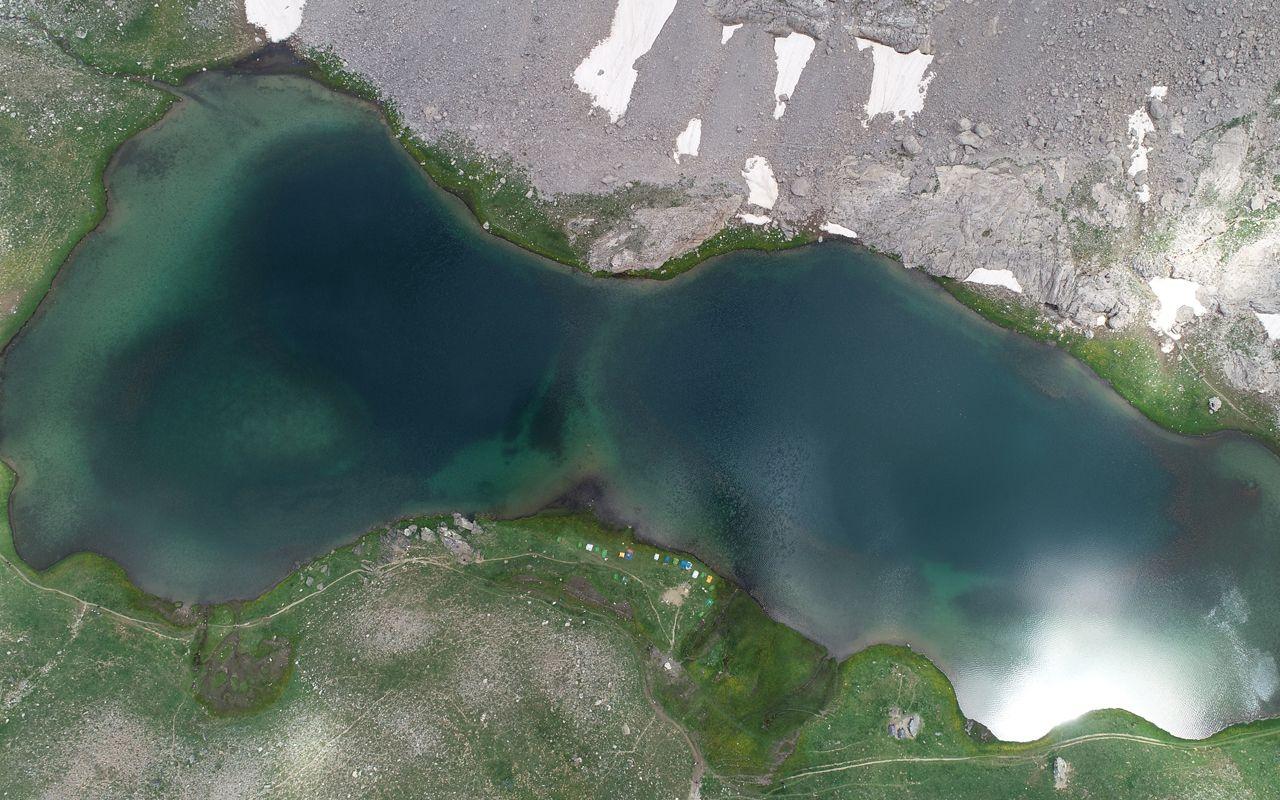 Bolkar zirvesindeki kar ve göl manzarası ziyaretçilerini mest ediyor