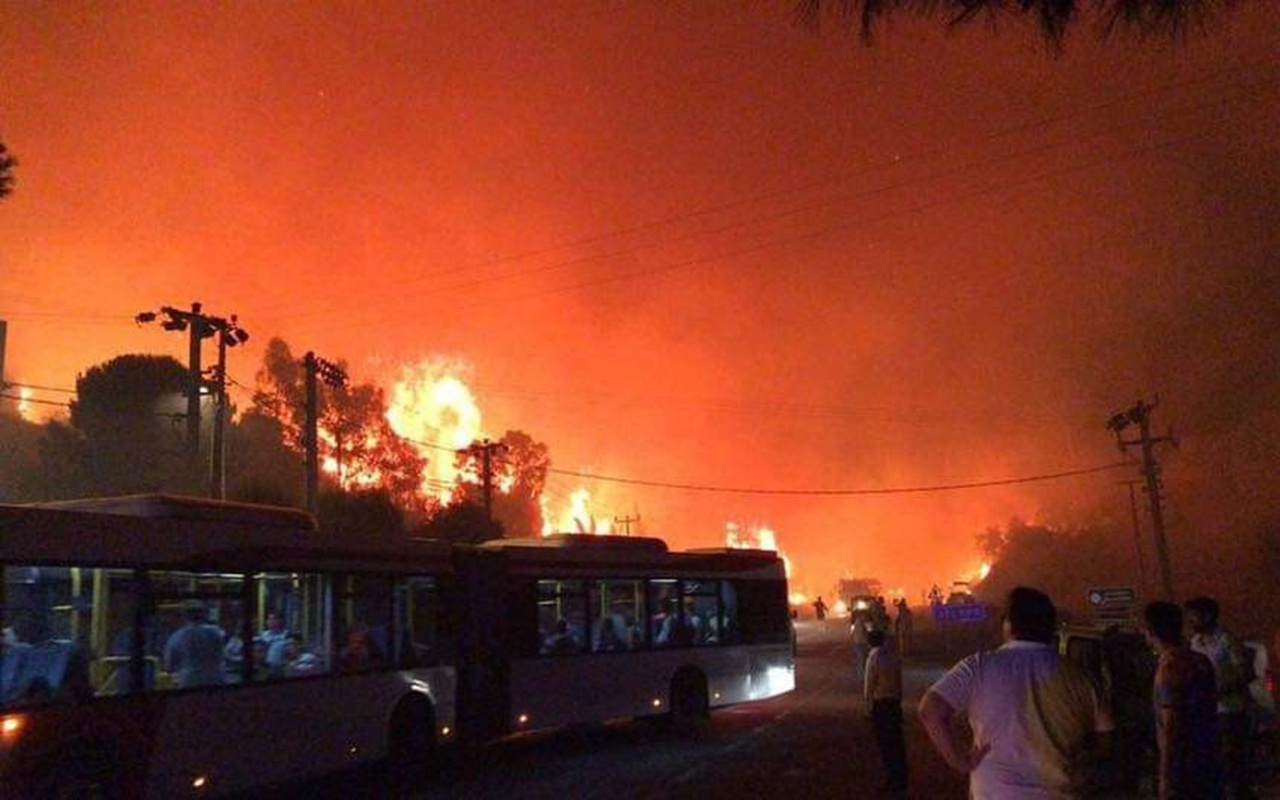 İzmir'deki orman yangınının tehdit ettiği oteller tahliye edildi