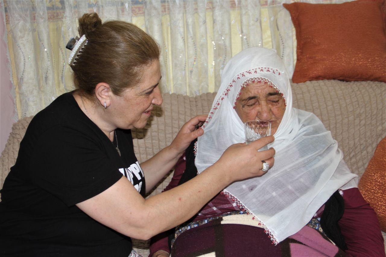 Elazığ'da örnek gelin! Aynı evde hem annesine hem kaynanasına gözü gibi bakıyor