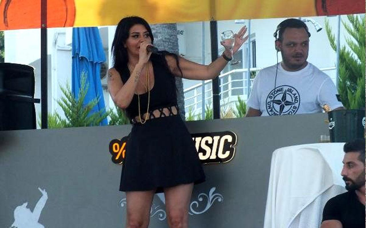 Mini eteğiyle sahne alan şarkıcı Ebru Polat, taytla önlem aldı