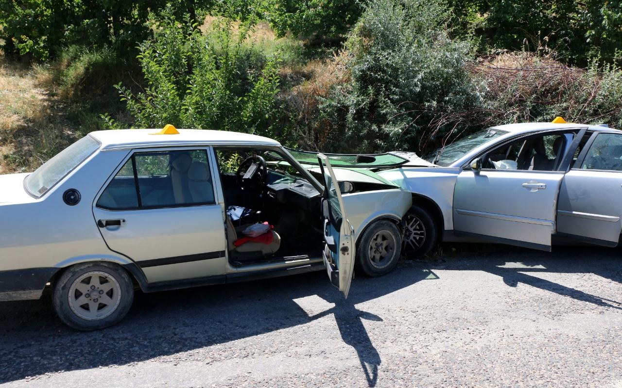 Malatya'da iki otomobil kafa kafaya çarpıştı: 1 ölü, 2 yaralı