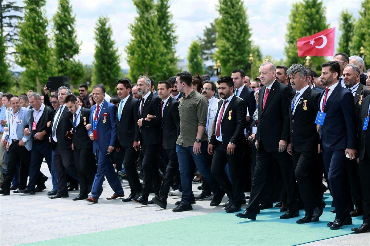 Erdoğan'ın 15 Temmuz etkinliklerinde ilk ziyareti şehitler anıtına oldu - Sayfa 1