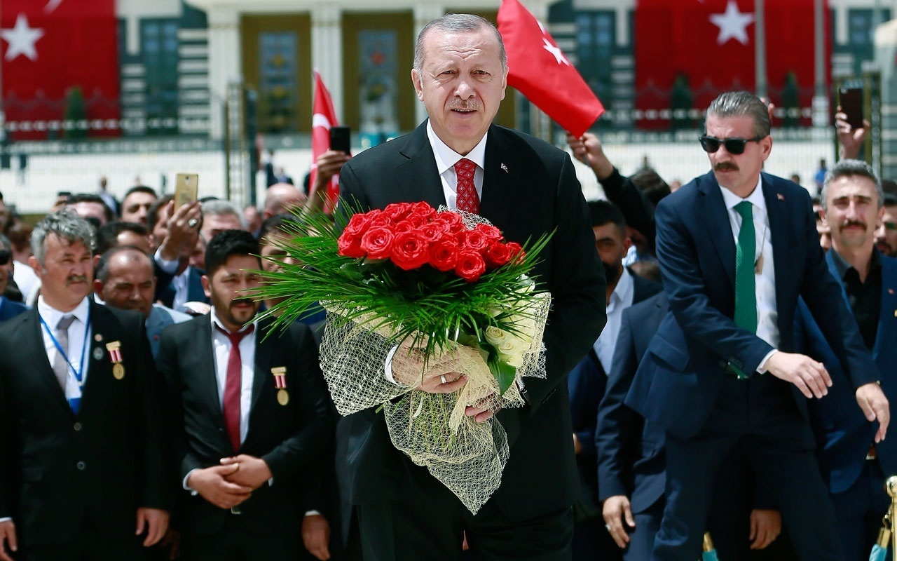 Erdoğan şehit evladıyla el ele anıta yürüdü! 15 Temmuz'un yıl dönümünde duygu dolu anlar